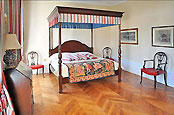 Chambre with Canopy Bed
